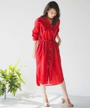 赤のシャツワンピースを着た女性