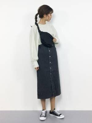 白のブラウスにデニムタイトスカートを履いた女性