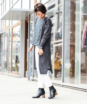 ボーダートップス、白のパンツにグレーのロングカーディガンを着た女性
