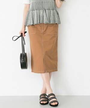 ブラウンの膝丈タイトスカート、サンダルと黒のショルダーバッグを合わせた画像