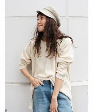 白いワッフルカットソーにデニムパンツを履いた女性