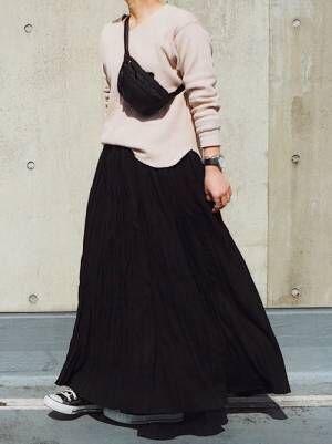 ピンクベージュワッフルTに黒のマキシスカートのコーデ