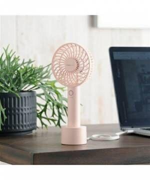 ピンクのUSB扇風機が置かれたオフィスデスク