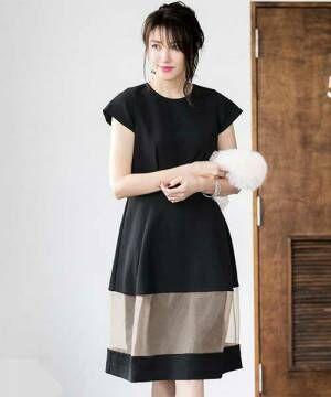 黒とベージュの切り替えフレアドレスを着た女性