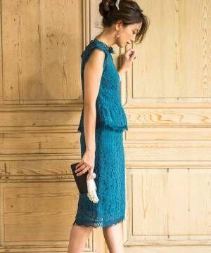 ブルーのセットアップをドレス風に着ている女性