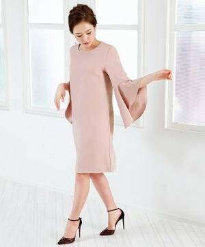 ピンクのフレアスリーブのドレスを着た女性