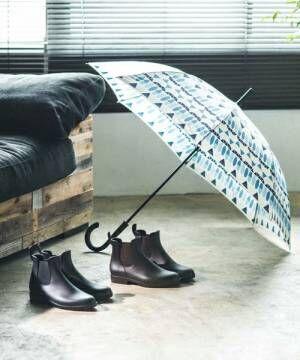 傘とレインブーツが2足置かれた部屋