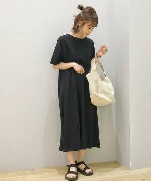 黒いTシャツワンピースを着た女性