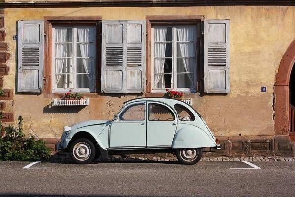 窓の前にブルーの車