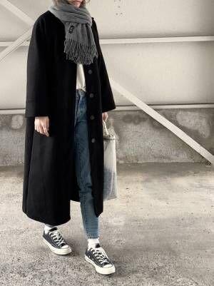 黒コートにデニムパンツ、グレーのマフラー、スケルトンバッグを合わせたコーデ