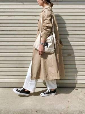 白ワイドパンツにトレンチコートを着た女性