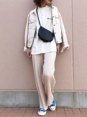 白Tに白のリブパンツを合わせて、白のデニムジャケットを羽織り、ブルーのスニーカーを差し色にした女性