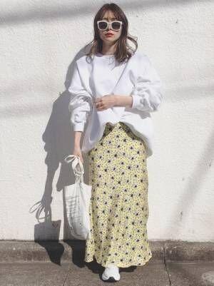 白スウェットに花柄スカートコーデの女性