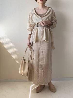 ベージュのワントーンコーデの女性