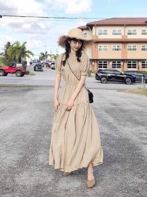天然素材と再生素材をかけあわせたベージュのワンピースを着た女性