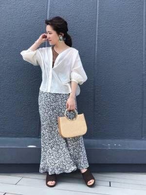 透けシャツとマーメイドスカートのコーデ