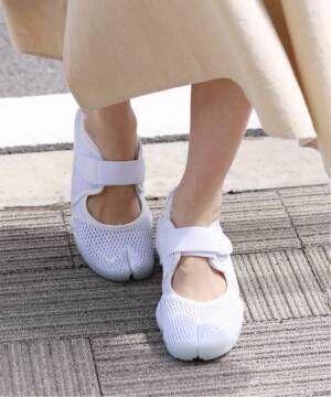 白のエアリフトを履いている足元
