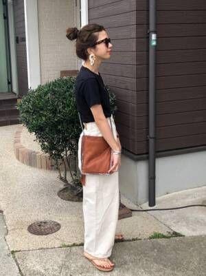 黒Tに白パンツの女性