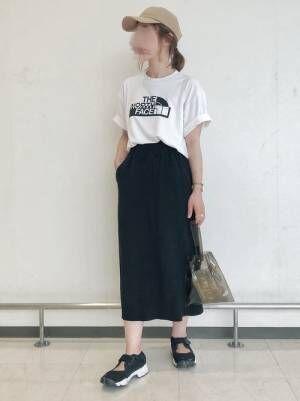 白Tに黒のタイトスカートを履く女性