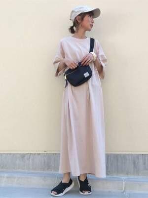 ロングTシャツワンピを着る女性