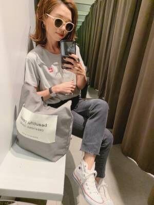 グレーTシャツを着る女性