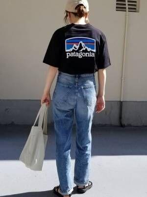 パタゴニアロゴTにデニムパンツコーデの女性