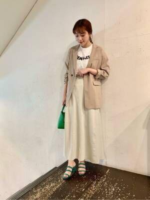 スカートにジャケットコーデの女性