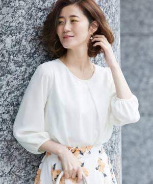 白のフトップス×フレアスカートのコーデ