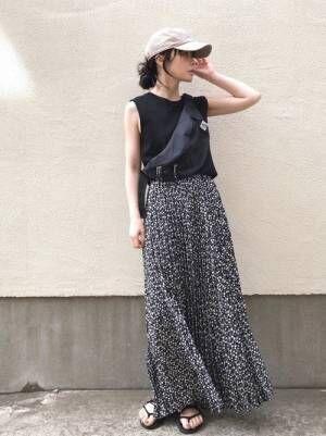 黒小花柄スカートにベージュキャップ