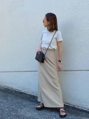 ベージュスカートを履いた女性