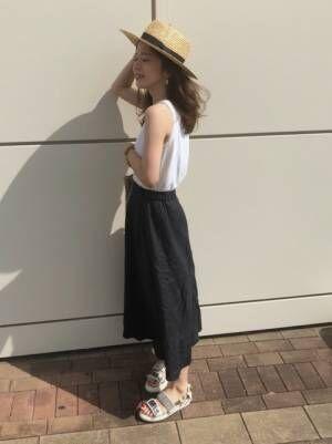 黒のリネンスカートを履いた女性