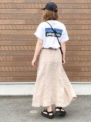 ベージュのリネンスカートを履いた女性