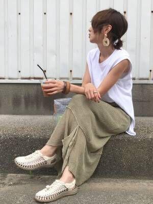 グリーンのリネンスカートを履いた女性