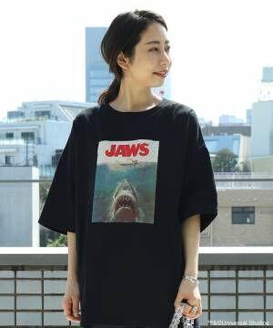 JAWSTシャツを着ている女性