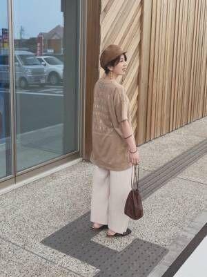 ブラウンキャスケットにベージュTを着る女性
