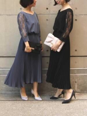 ドレスを着た2人の女性
