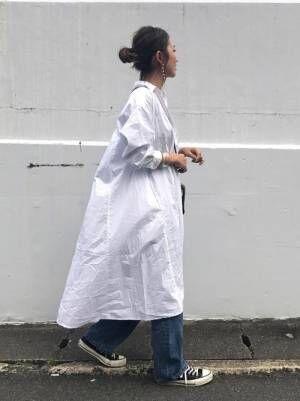 白ワンピースを着て歩く女性