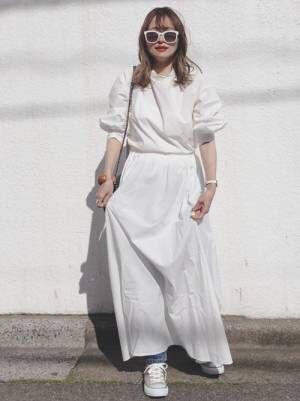 白のワンピースを着た綺麗な女性