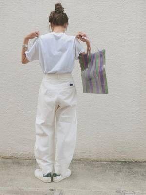 白Tに白いパンツを合わせた女性