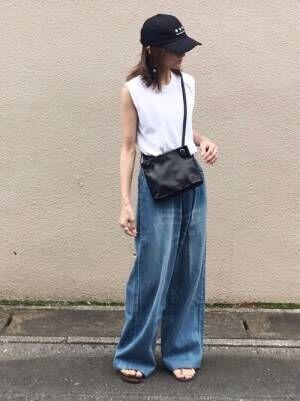 太めのデニムパンツを履く女性