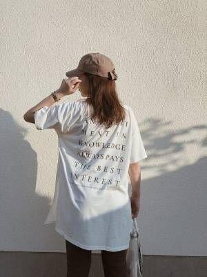 ビッグシルエットのバッグプリントTシャツを着る女性
