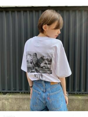 フォトTのバッグプリントTシャツを着る女性