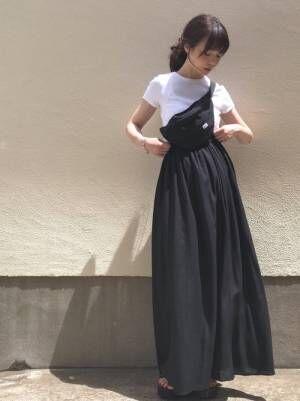 白Tと黒スカートとウエストポーチのコーデ