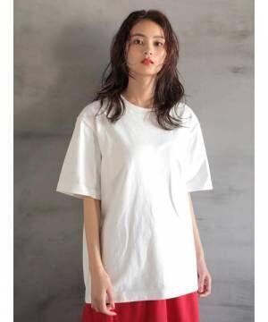白Tを着ている女性