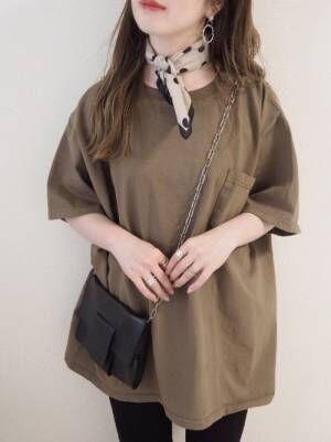 スカーフとシンプルなピアスをする女性