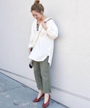 白シャツにカーキのパンツを合わせて、ブラウンのパンプスを履いた女性