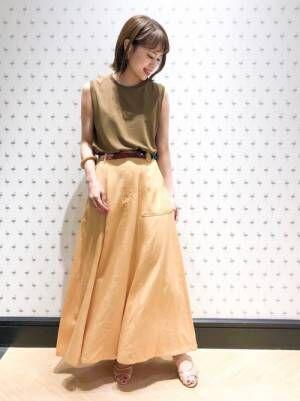 オレンジのスカートを履く女性