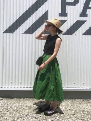 グリーンスカートを履く女性