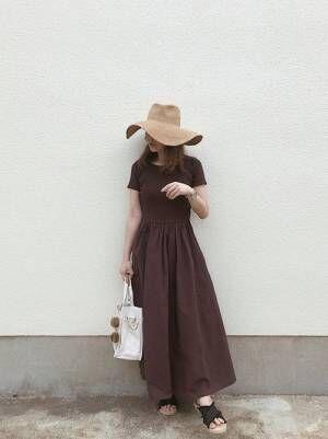 ブラウンのワンピを着る女性