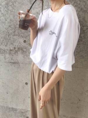 白Tにブラウンパンツを履く女性